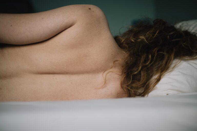 Πόνος στην πλάτη μετά τον τοκετό: Τι τον προκαλεί και πώς μπορείτε να ανακουφιστείτε;